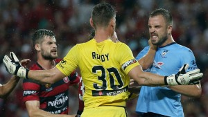Goalkeeper Liam Reddy and Sydney defender Matt Jurman get into an argument. (Courtesy of theworldgame.sbs.com.au